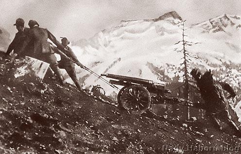 Alpinik hegyi ágyút vontatnak