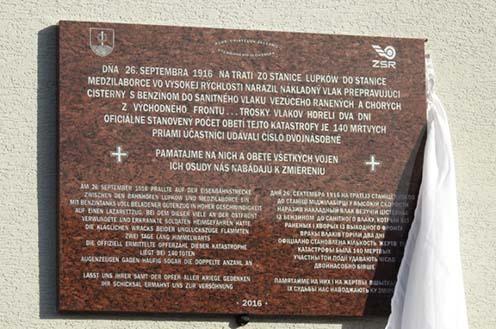 A 2016. november 19-én felavatott emléktábla a mezőlaborci pályaudvar falán