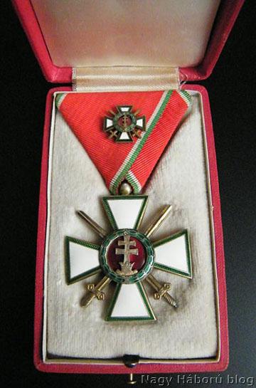 Magyar Érdemrend Tisztikeresztje hadidíszítménnyel és kardokkal