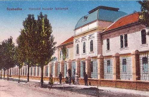 A szabadkai honvéd huszárlaktanya, ahonnan a 4-es népfelkelő huszárok a szerb hadszíntérre indultak