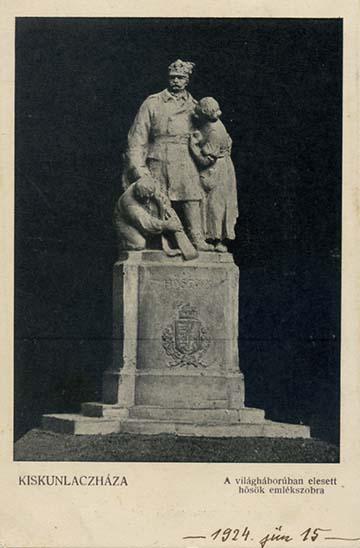 A kiskunlacházi hősi emlékmű képeslapon. Az emlékművet 1924-ben a református templom melletti kertben avatták fel