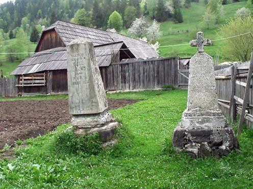 Páll Lajos főhadnagy és Heinrich Róbert hadnagy sírjai a Tarhavas patakában. (839) É:46.602027,K:26.101313