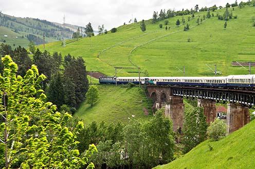Tipikus gyimesi táj, zarándokvonattal a gyimesfelsőloki vasúti hídnál