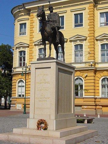 Panos Aurél neve megtalálható a magyar királyi szegedi 3. honvéd huszárezred emlékművén. Az ezred hősi halottainak emlékét a Reök-palota előtt felállított emlékmű őrizte. Baloldalon a dombormű alatt az elesett tisztek neve olvasható, többek között nemes Panos Aurélé is