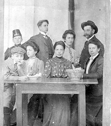 dukai Takách Zoltán (jobb szélen) és családja. Középen (jobbról a második) ül felesége, oroszi Marton Margit; gyermekeik: István a bal szélen könyököl, mellette nővére Lily, az álló sorban balról a második Lajos, tőle jobbra Mária