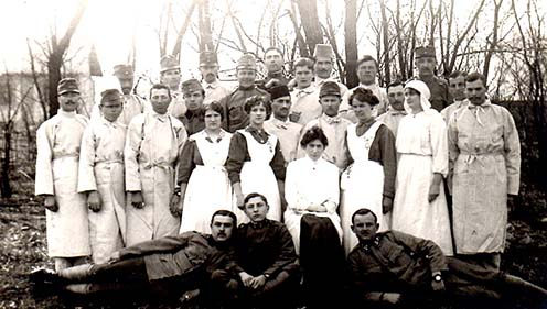 István (lent középen törökülésben) egy ismeretlen helyen és időpontban készült csoportképen