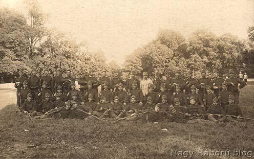 A cs. és kir. bécsi 4. gyalogezred katonáinak egy csoportja 1914 augusztusában. A középső sorban balról a negyedik Kósa György medikus