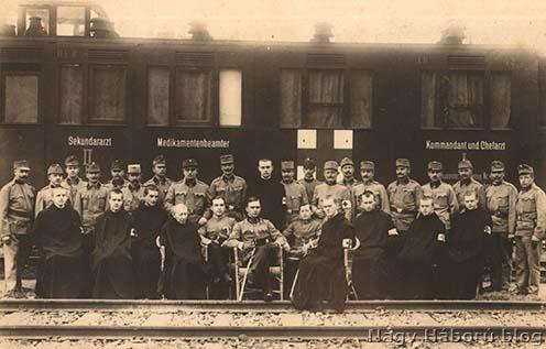 A cs. és kir. 45. sz. állandó kórházvonat tisztikara és legénysége (Kósa György  középen, balról ül)