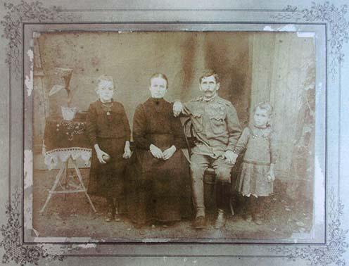 Szél János családja körében