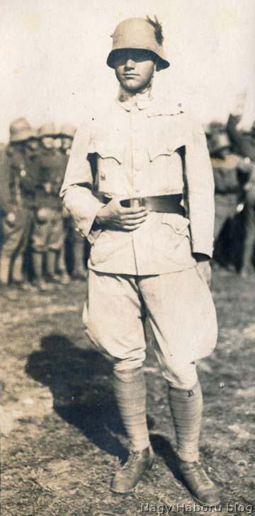 Imre Gábor, a rohamjárőr- és kézigránátvetés kiképzőtiszt. A háttérben a legénység