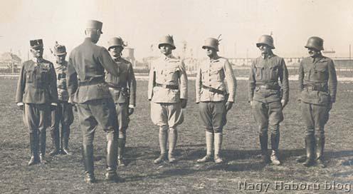 Imre Gábor (középen) és tiszttársainak egy csoportja 1917-ben