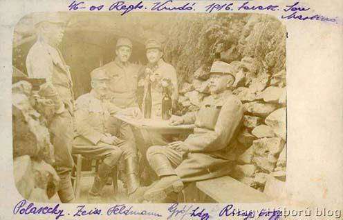 A cs. és kir. szegedi 46. gyalogezred parancsnoksága 1916 tavaszán San Martinónál a kép oldalán Kókay László jegyzeteivel balról jobbra: Polareczky Pál százados, segédtiszt; Zeiss Oszkár alezredes, ezredparancsnok; Feldmann Pál hadnagy, pótgéppuskás-osztagparancsnok (később telefontiszt); Gróf József hadnagy, telefontiszt; Ring Gyula őrnagy, akkor a IV. zászlóalj parancsnoka
