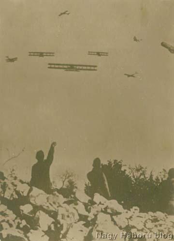 Caproni bombázókat saját gépek támadnak valahol a Komeni-fennsík fölött