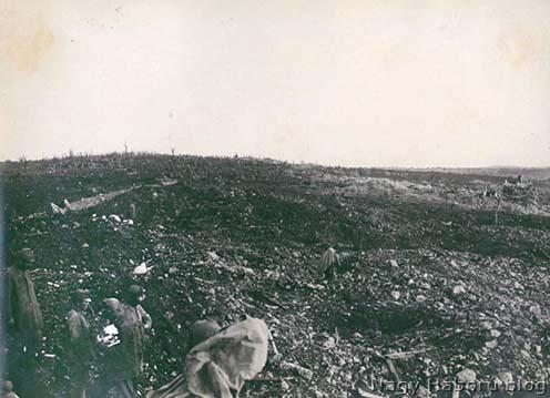 Útépítés az elhagyott olasz állásokon keresztül 1917 októberének végén. A kép hátterében jobbra Kostanjevica romjai