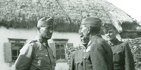 4_akosy_karoly_ezredes_a_6_gyalogezred_parancsnoka_jelentest_tesz_a_honved_vezerkar_fonokenek_svedovon_1942_szeptember_kozepen_felig_takarasban_tanito_bela_ezredes.jpg