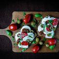 Mediterrán szendvics #mutimiteszel #mutimiteszel_fitt #mik#mik_gasztro #szendvics #healthyfood #foodlover #mozzarella #basil #tomato #olives #breakfast#kanapki #sandwich #healthybreakfast #reggeli #frühstück #sniadanie #zdrowoikolorowo #zdrowienatalerzu #eathealthy #dziendobry #morning #jóreggelt #egyunkanyukam