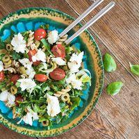 Mediterrán tésztasaláta spenóttal és mozzarellával #mozzarella #pasta #spinach #spinat#tomato #olives #basil #salad #salat #sałatka #spenót #tészta #mutimiteszel_fitt #mik #mik_gasztro #obiad #lunch #mittagessen #instafood #ebéd #onthetable #gyerunkanyukam #egyunkanyukam #szpinak #eatcolorful