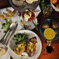 Articsóka tárkonyos vajjal, chilis töltött édesburgonya, sült gyümölcsök kecskesajtos habbal