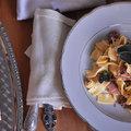 Zsályás, zsenge zöldborsós tészta és eperkrémes, ropogós párnák