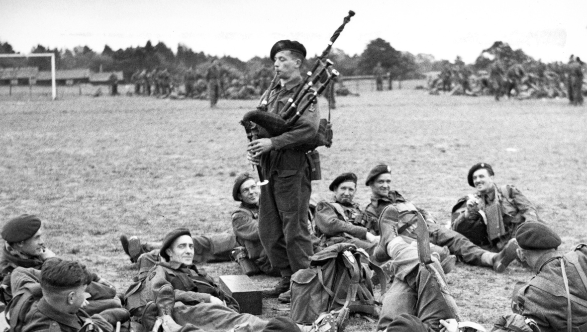 188966-bill-millin-playing-the-pipes-for-his-fellow-troops-in-1944.jpg