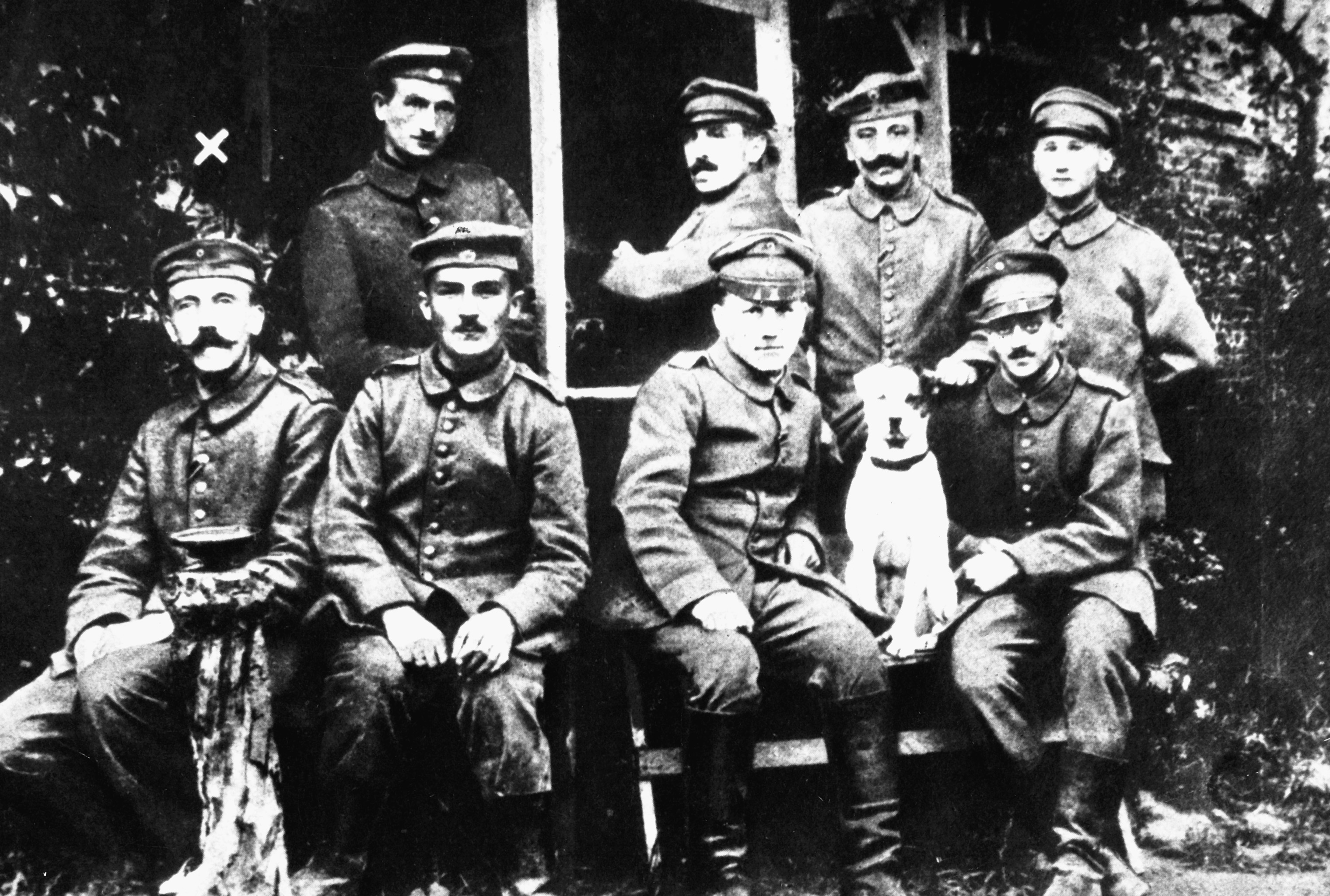hitler_with_other_german_soldiers.jpg
