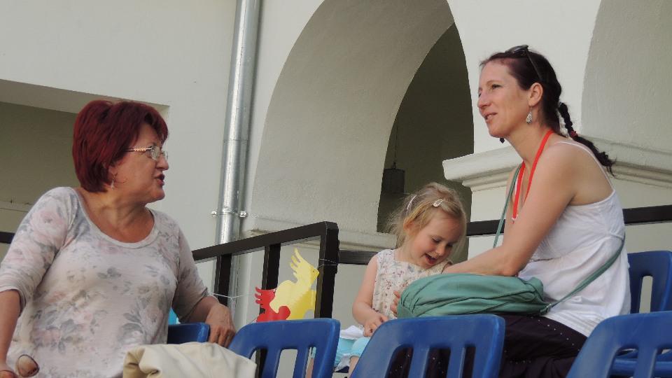 Asbót Anikó a Vojtina Bábszínház igazgatója, Csortán Zsóka és kislányával
