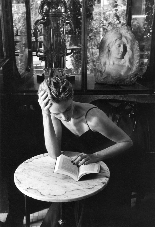a_reader_in_the_caff_della_pace_in_rome.jpg