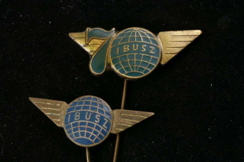 Jelvény az IBUSZ logójával 1972-ben, a cég 70 éves fennállásának alkalmából. Forrás: picclick.com https://picclick.com/Hungary-Hungarian-Lot-IBUSz-70-Years-Travel-Agency-324179276820.html#&gid=1&pid=1