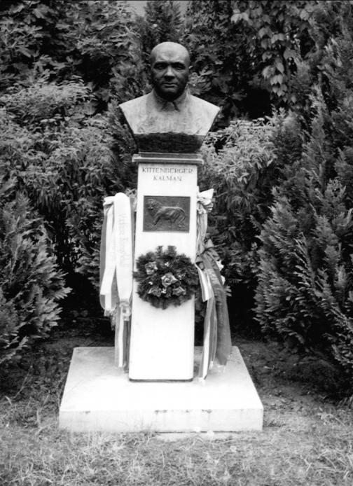 2. Dunaszerdahely, Lilium Aurum, 2006, 102. o. Kittenberger Kálmán szobra Nagymaroson (Csáky Károly felvétele)