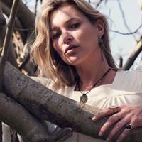 Kate Moss ékszerésznek állt