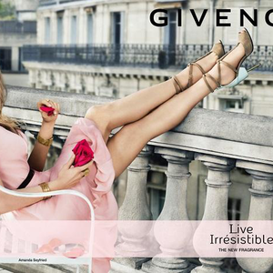 Amande Seyfried elég boldog a Givenchy új illatától (is)!