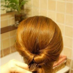 Nőnapi romantikus frizura (lehet)