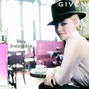 Amanda Seyfried a Givenchy arc