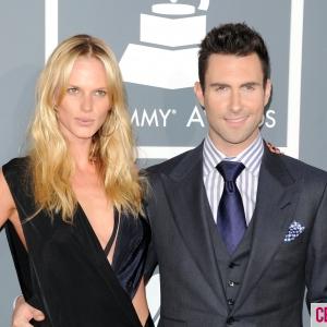 A szexi lány és a Maroon 5 énekese szakítottak!