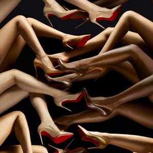 Christian Louboutin nude lépéseket tesz