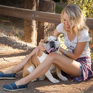 Annyira kényelmes ez a cipő, hogy adakozni is öröm benne a kutyusoknak