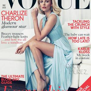 Charlize Theron lábat villant