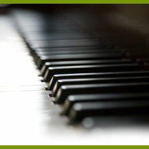 4éves srác a zongoránál...