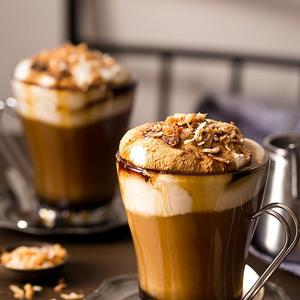 Szépséges jó hírek a kávé mellé
