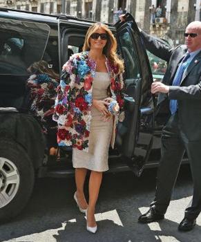 Melania Trump körül stílusosan áll a bál!