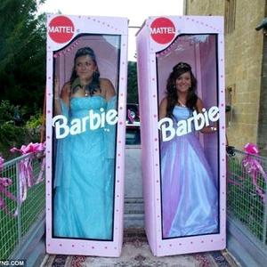 Érkezz Barbie baba dobozában a bálba!