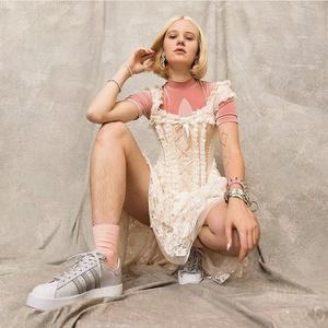 Szőrözés a köbön! Szőrös lábú modell az Adidas kampányában