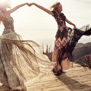 Taylor Swift és Karlie Kloss bandázik