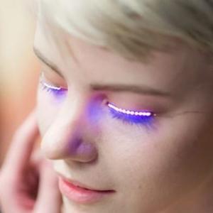Az igéző tekintet új titka: világító led a szemhéjra!