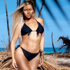 Beyoncé homokba dugta a testét