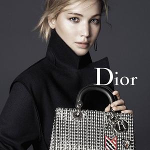 Jennifer Lawrence a csapból és a táskából is...