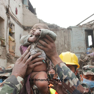 Egy 4 hónapos csecsemőt találtak élve a romok alatt Nepálban!