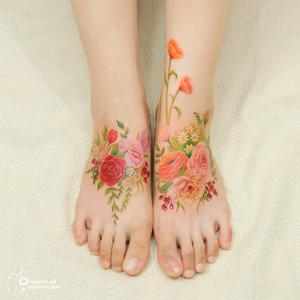 Virágos tetoválások, mintha vízfestékkel festették volna őket