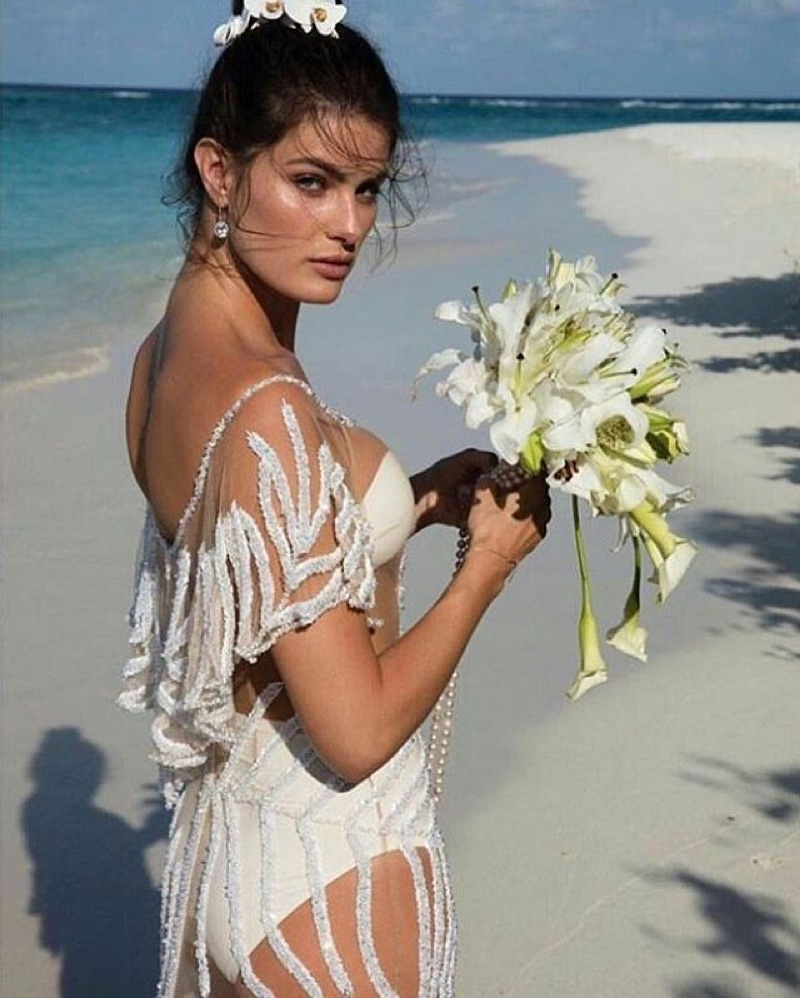 isabeli-fontanna-wedding-dress-beach-flowers.jpg