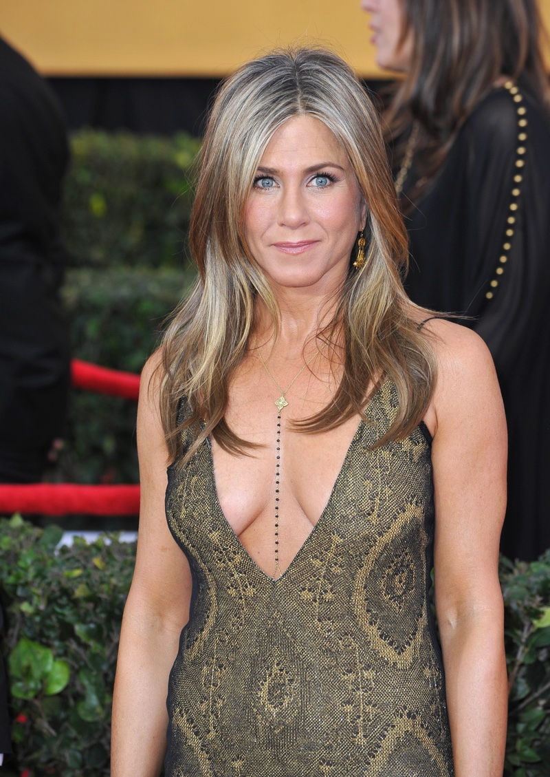 jennifer-aniston-curled-ends-blonde-highlights-hair.jpg